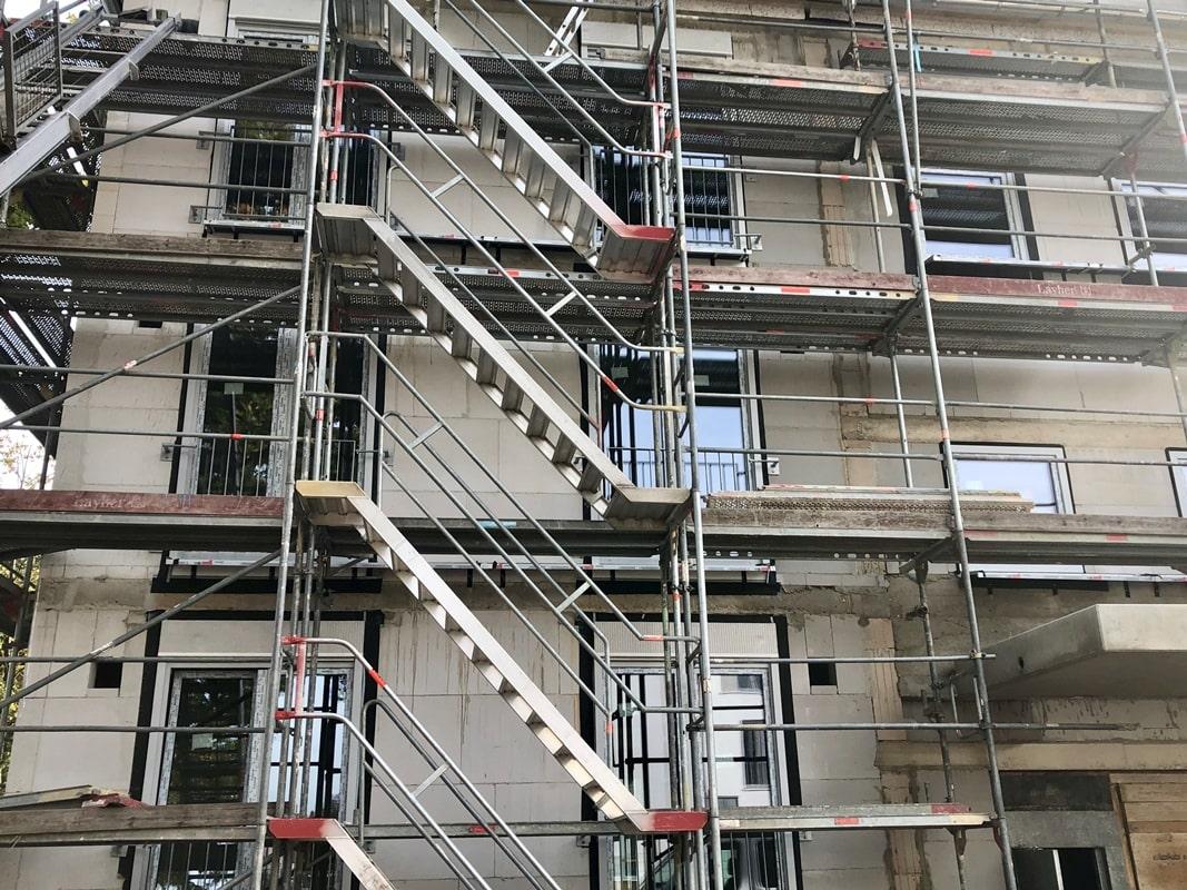 Haus mit Eigentumswohnungen während einer baubegleitenden Qualitätskontrolle